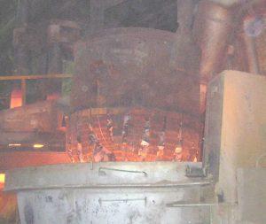 Из чего состоит чугун, загрузка металлической шихты в плавильную печь