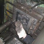 Наладчик литейных машин под давлением-чистка пресс-формы
